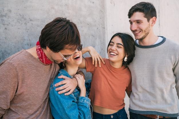 Vrienden brengen goede tijd samen door.