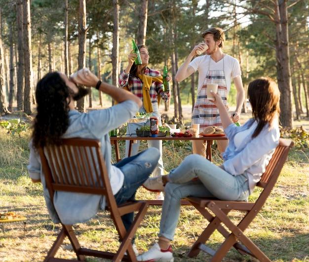 Vrienden buiten met een drankje