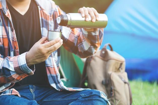 Vrienden camping eten van voedsel concept