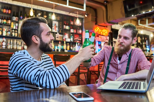 Vrienden chillen in de bar