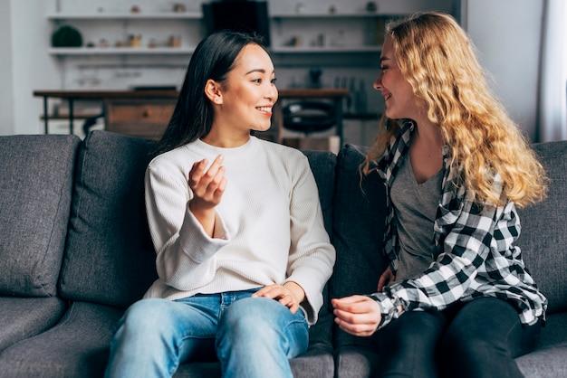 Vrienden communiceren zittend op de bank
