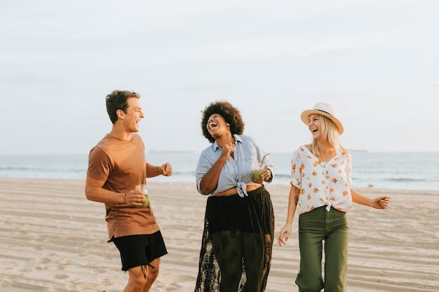 Vrienden dansen en plezier hebben op het strand