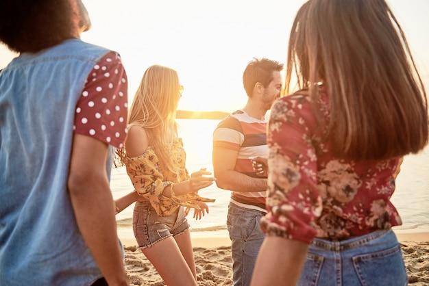 Vrienden dansen in de cirkel