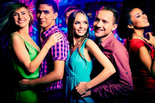 Vrienden dansen in nachtclub