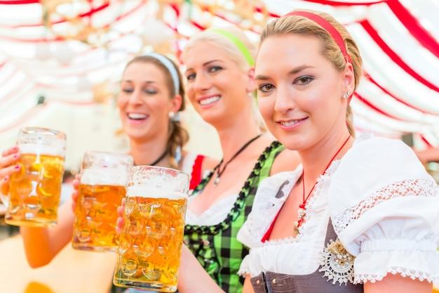 Vrienden die beiers bier drinken op oktoberfest