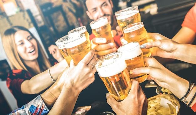 Vrienden die bier drinken in het restaurant van de brouwerijbar in het weekend