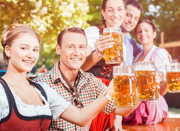 Vrienden die bier drinken op oktoberfest