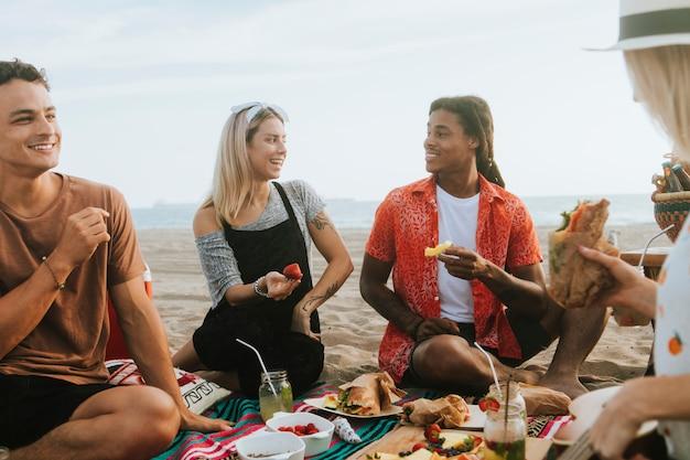 Vrienden die bij het strand ontspannen