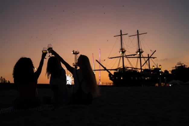 Vrienden die bij zonsondergang tijd samen doorbrengen