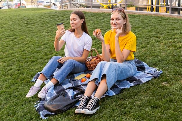Vrienden die buiten gebarentaal gebruiken om te communiceren