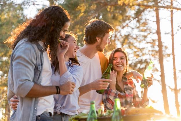 Vrienden die buiten met bier lunchen