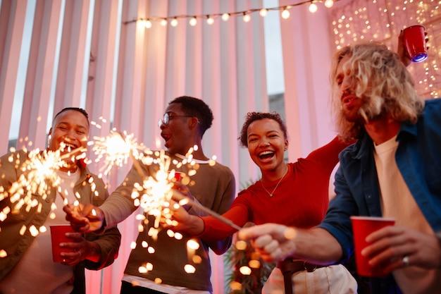 Vrienden die buiten vieren