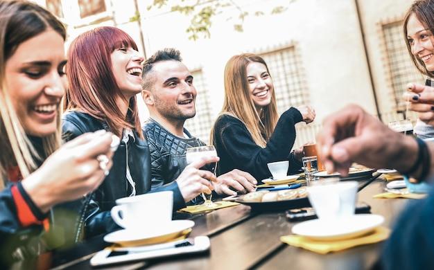 Vrienden die cappuccino drinken bij koffierestaurant