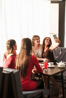 Vrienden die diner bij een restaurant hebben Gratis Foto