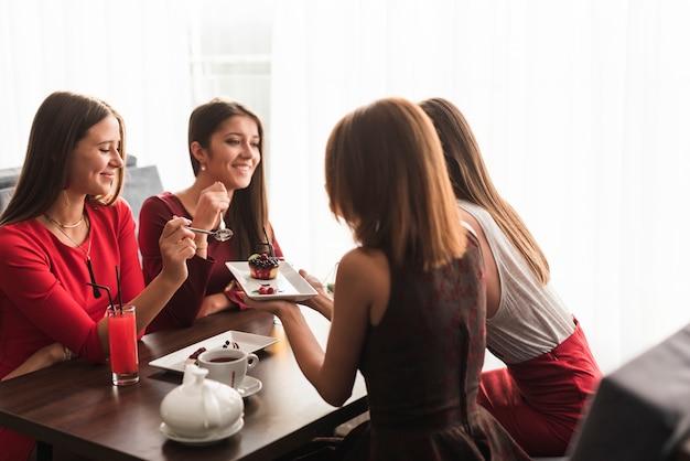 Vrienden die diner bij een restaurant hebben