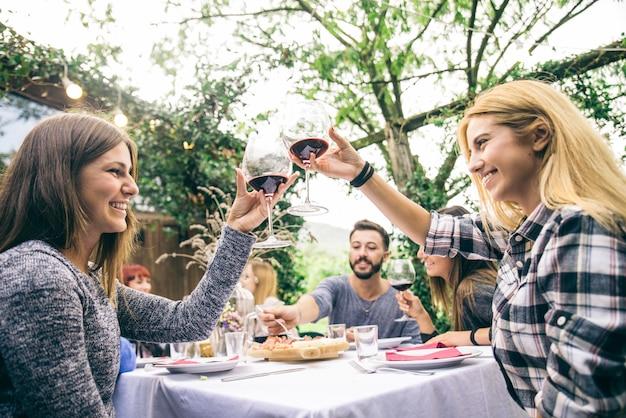Vrienden die diner in tuin hebben