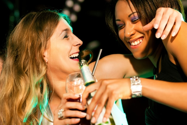Vrienden die dranken in bar of club hebben