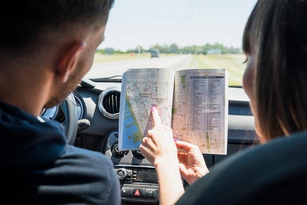 Vrienden die een bookmap bekijken