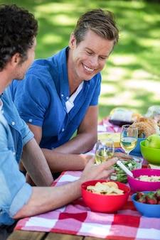 Vrienden die een picknick met wijn hebben