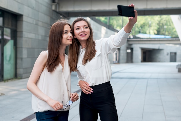 Vrienden die een selfie in de straat nemen