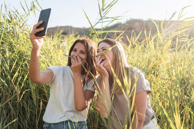 Vrienden die een selfie maken terwijl ze op een wilde plek reizen