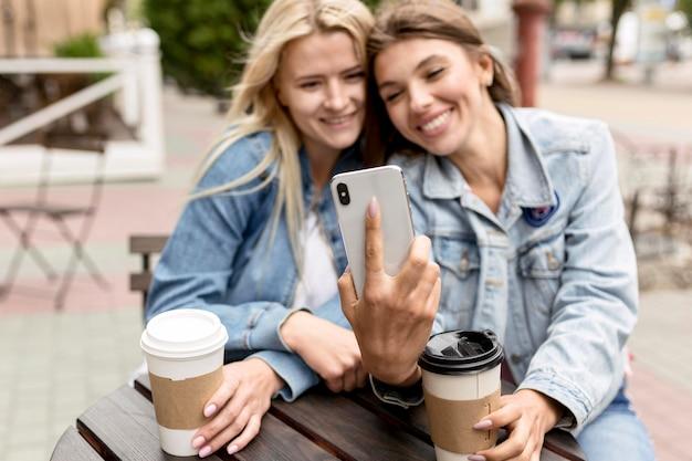 Vrienden die een selfie met een telefoon nemen