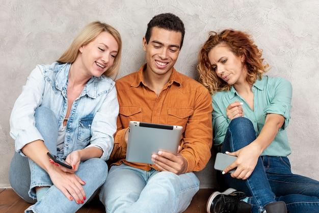 Vrienden die een van hun tablets controleren