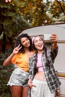 Vrienden die een zelffoto buitenshuis nemen
