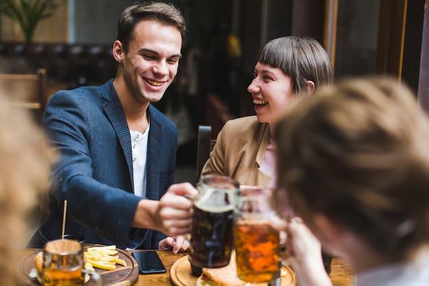 Vrienden die en in restaurant eten converseren