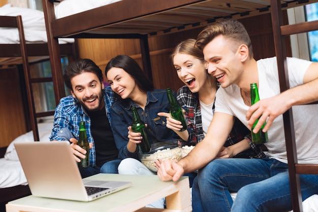 Vrienden die en samen film glimlachen kijken.