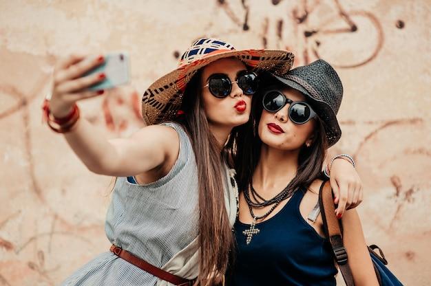 Vrienden die foto's maken