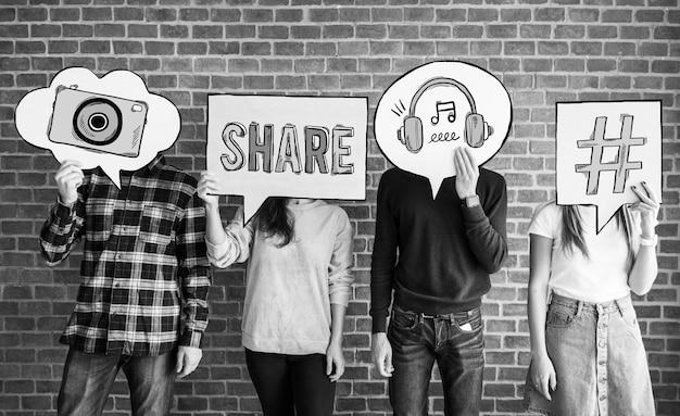 Vrienden die gedachte bellen met sociale media conceptenpictogrammen steunen