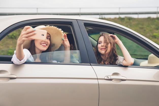 Vrienden die genieten van een roadtrip en selfies maken