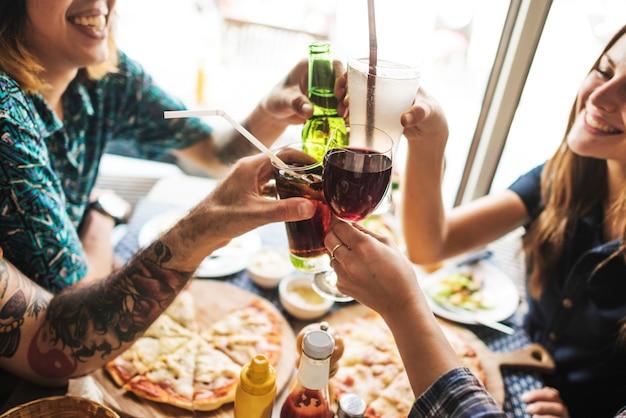 Vrienden die het concept van de pizzapartij samen eten