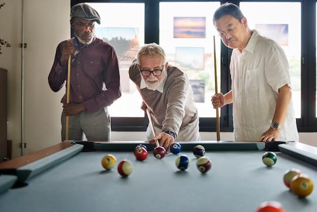 Vrienden die het concept van het ontspanningsgeluk van het biljart spelen