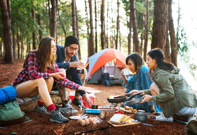 Vrienden die het koken ontbijtconcept kamperen