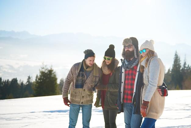 Vrienden die het prachtige uitzicht bewonderen