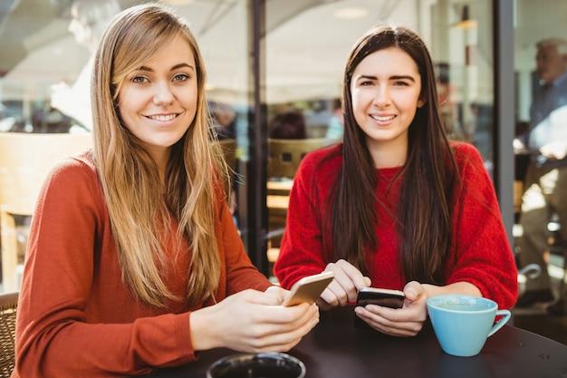 Vrienden die hun smartphone gebruiken