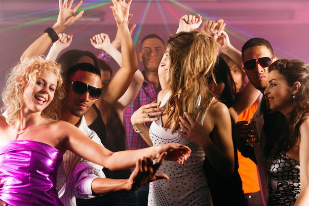 Vrienden die in club of disco dansen