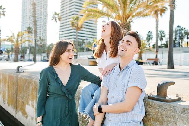 Vrienden die in de zomer op straat lachen