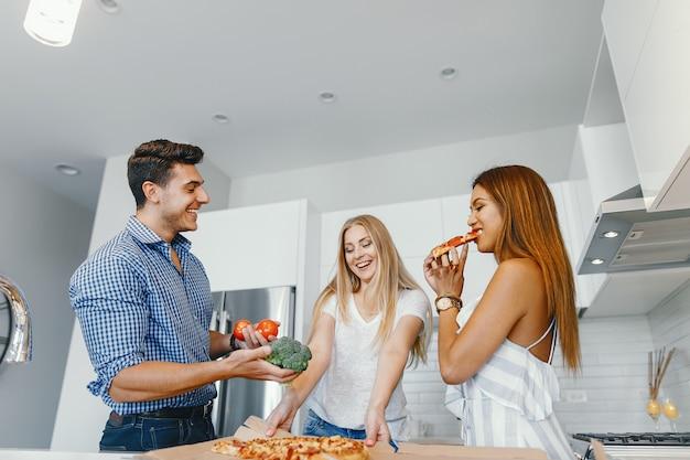 Vrienden die in een keuken eatting