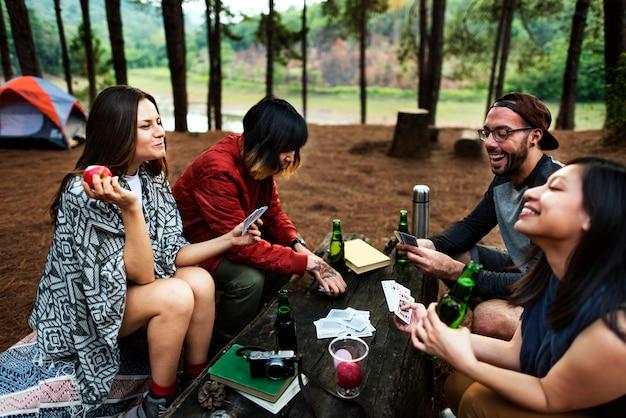 Vrienden die in het bos kamperen