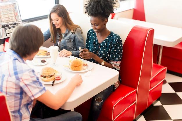 Vrienden die in het restaurant eten