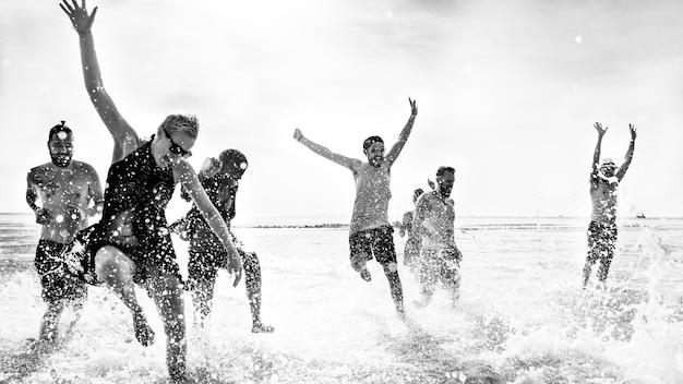 Vrienden die in het water lopen