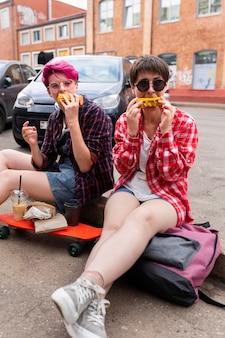 Vrienden die in openlucht graan eten