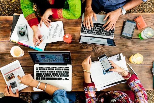 Vrienden die in openlucht technologieconcept werken