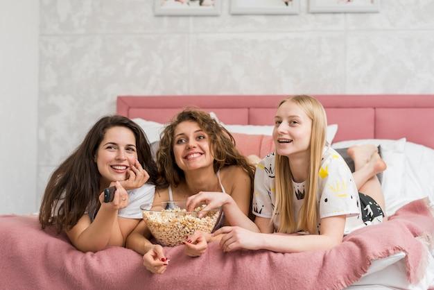 Vrienden die in pijamapartij pop graan eten