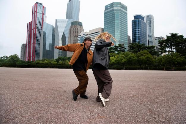 Vrienden die k-pop-esthetiekkleding dragen