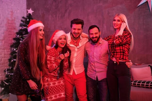 Vrienden die kerst of oud en nieuw thuis vieren