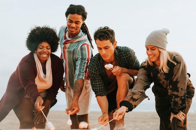 Vrienden die marshmallows roosteren om s'mores te maken